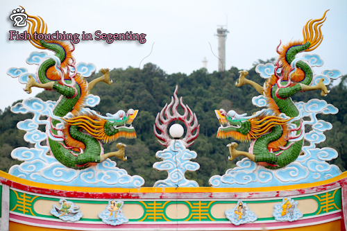 Sculptures of the two dragon on the roof of the temple
