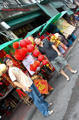 Meng-Hong (left) and Wee-Peng at a Chinese lanterns stall in the Chinatown of Bangkok.