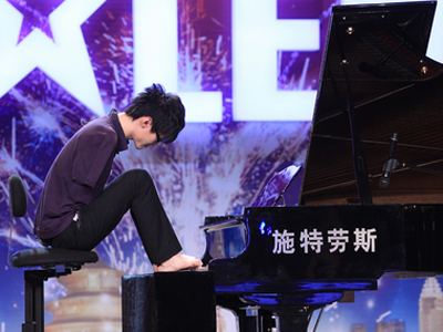 Liu Wei playing the piano with his toes (photo from http://english.cri.cn/)