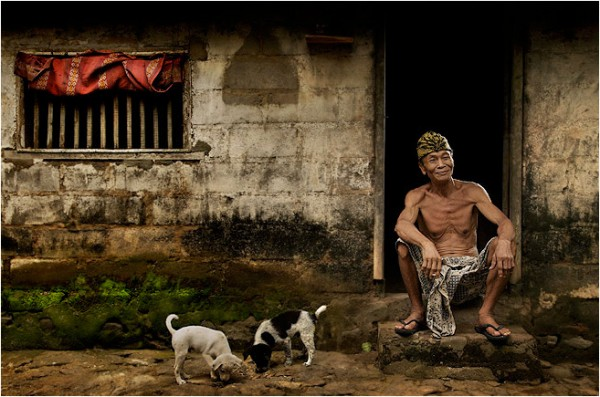 The Balinese man and his puppies (photo by Ario Wibisono)