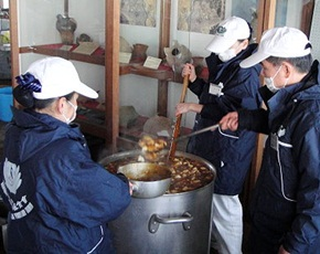 Tzu Chi volunteers provide hot meals for the second day. (Photo by Hsiao Chi-jen; date: 03/17/2011; location: Oarai, Ibaraki prefecture, Japan)