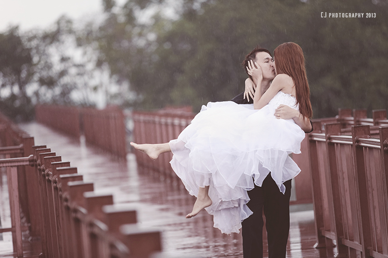 prewedding in the rain