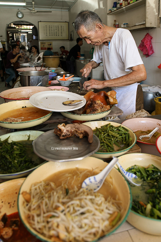 Uncle Lim, the second generation of Long Fatt Teochew Porridge (隆发潮州粥) family business, on the last day of its business