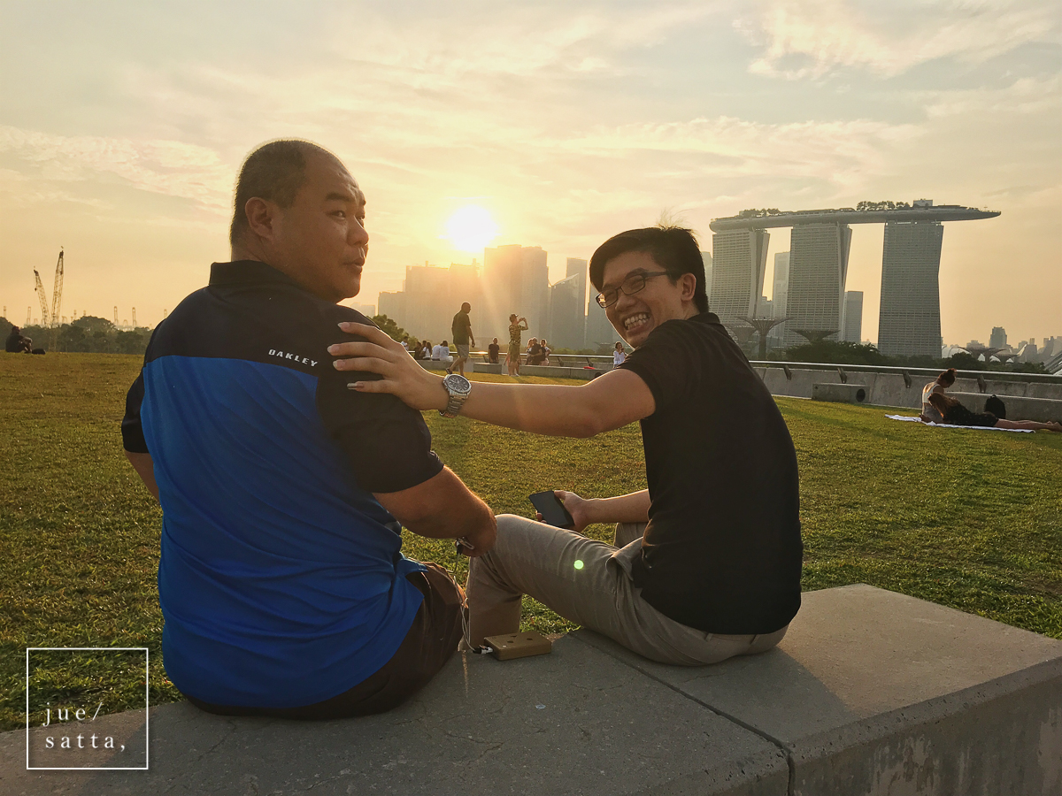 Henry (left) and Koh Yiaw enjoying sunset at the rooftop park of Marina Barrage (iPhonegraphy)